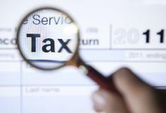 2011 Steuerformular mit Vergrößerungsglas Stockfotografie