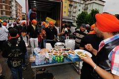 2012年共享锡克教徒的baisakhi食物 免版税库存照片
