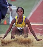 2012 flickor hoppar det långa spåret arkivfoto