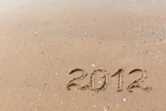 2012 Jaar dat op het strandzand wordt geschreven Royalty-vrije Stock Fotografie