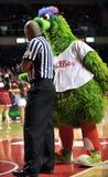 2012 NCAA Basketbal - antics van Phillie Phanatic Royalty-vrije Stock Foto's