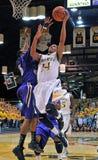 2012 NCAA het Basketbal van Mensen - Drexel - JMU Royalty-vrije Stock Afbeeldingen