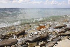 2012 op steen overzeese kust Stock Afbeeldingen