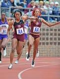 2012 pista - corredor de relais femenino de la universidad Imagenes de archivo