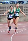 2012 pista - corredor de relais femenino del HS Foto de archivo
