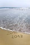2012 und 2013 geschrieben in Sand Stockbild