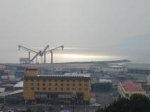 2013年1月08日: 林区大火,塔斯马尼亚岛: 在Burnie端口的烟遮盖物 库存图片