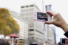 观众做一个录影记录多伦多圣诞老人游行- 2013年 库存照片