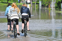 2013年卡尔加里洪水女孩骑自行车 免版税库存图片
