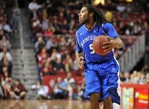 2013 basquetebol do NCAA - manipulação de bola Fotografia de Stock