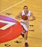 2013 basquetebol do NCAA - passagem - ângulo alto Imagem de Stock Royalty Free