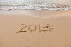 2013 escrito en arena con las ondas Fotos de archivo