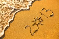 2013 escrito en arena en textura de la playa Imagen de archivo libre de regalías