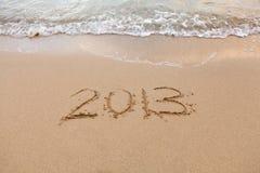 2013 escrito na areia com ondas Fotos de Stock