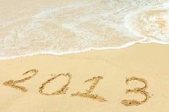 2013 escrito na areia na praia Fotografia de Stock Royalty Free