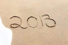 2013 geschreven in het zand op een strand Stock Afbeelding