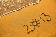 2013 - geschrieben in Sand auf Strandbeschaffenheit Lizenzfreies Stockfoto