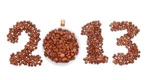 2013 hanno fatto dei chicchi e della tazza di caffè isolati Fotografie Stock