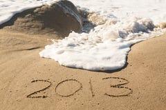 2013 i sanden som täckas av havet, vinkar Arkivbilder