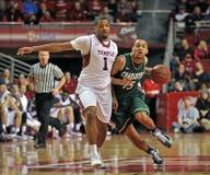 2013 NCAA het Basketbal van Mensen - dribble aandrijving Royalty-vrije Stock Afbeeldingen
