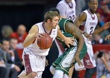 2013 NCAA het Basketbal van Mensen - dribble aandrijving Royalty-vrije Stock Foto's