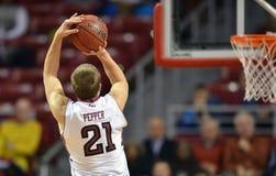 2013 NCAA-man basket - hoppskott Arkivfoto
