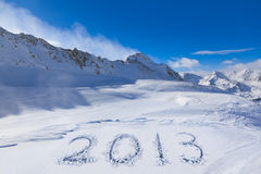 2013 op sneeuw bij bergen Royalty-vrije Stock Foto's