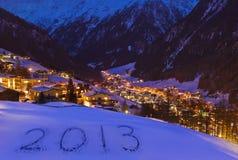 2013 op sneeuw bij bergen - Solden Oostenrijk Stock Foto