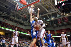 2013 pallacanestro del NCAA - battaglia giù in basso Fotografia Stock Libera da Diritti