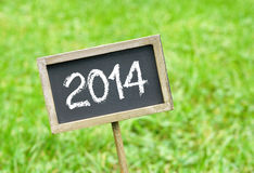 2014年在草的黑板 库存照片