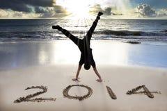 在海滩的新年好2014年 库存照片