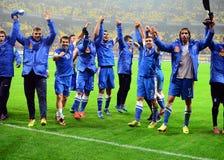 愉快的足球运动员庆祝合格对世界杯足球赛2014年 免版税库存照片