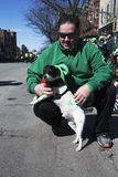 狗穿戴了以绿色,圣帕特里克的天游行, 2014年,南波士顿,马萨诸塞,美国 库存照片