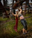 Ανταγωνιστής στη φυλή εμποδίων σκληρών ανδρών του 2014 Στοκ Φωτογραφία