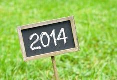 2014 na chalkboard na trawie zdjęcia stock