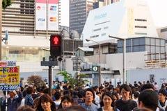 东京,日本- 2014年5月25日 许多人民横渡街道和红绿灯 免版税库存图片