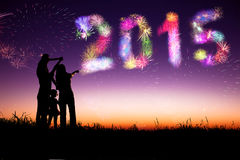 新年好2015年 观看烟花的家庭和庆祝 免版税库存图片
