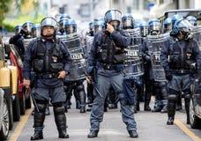 商展2015年:在胳膊下的警察 库存照片