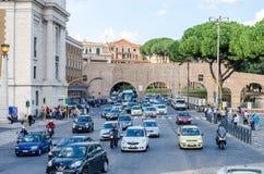 罗马,意大利- 2015年10月:步行者游人大人群通过一条行人交叉路有交通的一条拥挤的街 免版税库存照片