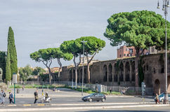 罗马,意大利- 2015年10月:步行者游人大人群通过一条行人交叉路有交通的一条拥挤的街 免版税图库摄影