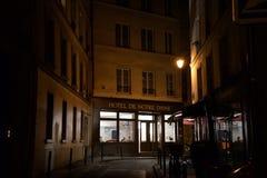 法国,巴黎- 2015年4月15日:夜街道场面在著名巴黎圣母院附近的传统巴黎人旅馆里2015年4月15日 图库摄影