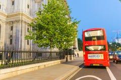 伦敦- 2015年6月11日:游人和交通在城市街道在 免版税库存图片