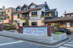汉城,韩国-大约2015年9月:不高房子在住宅区在汉城 免版税库存照片
