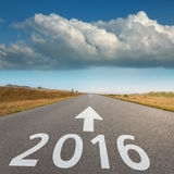 空的路往大云彩和2016年 库存照片