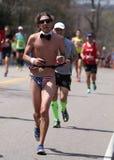有些赛跑者在波士顿佩带了在波士顿马拉松2016年4月18日的风俗 库存照片