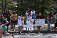在波士顿马拉松2016年4月18日期间,当几乎27000个赛跑者运行了伤心欲绝小山在波士顿,爱好者在路线排队了 库存图片