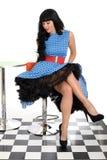 性感的有吸引力的年轻经典葡萄酒式样摆在20世纪50年代内称呼蓝色和白色圆点礼服 免版税库存图片