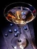 在黑背景21的蓝莓鸡尾酒 免版税图库摄影