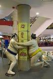 相扑摔跤手雕象终端的21,在素坤逸路,曼谷的混杂的用途复合体 免版税库存照片