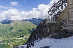 Подъем лыжи к верхней части горы на высоте 2400 метров в Альпах Стоковые Фото